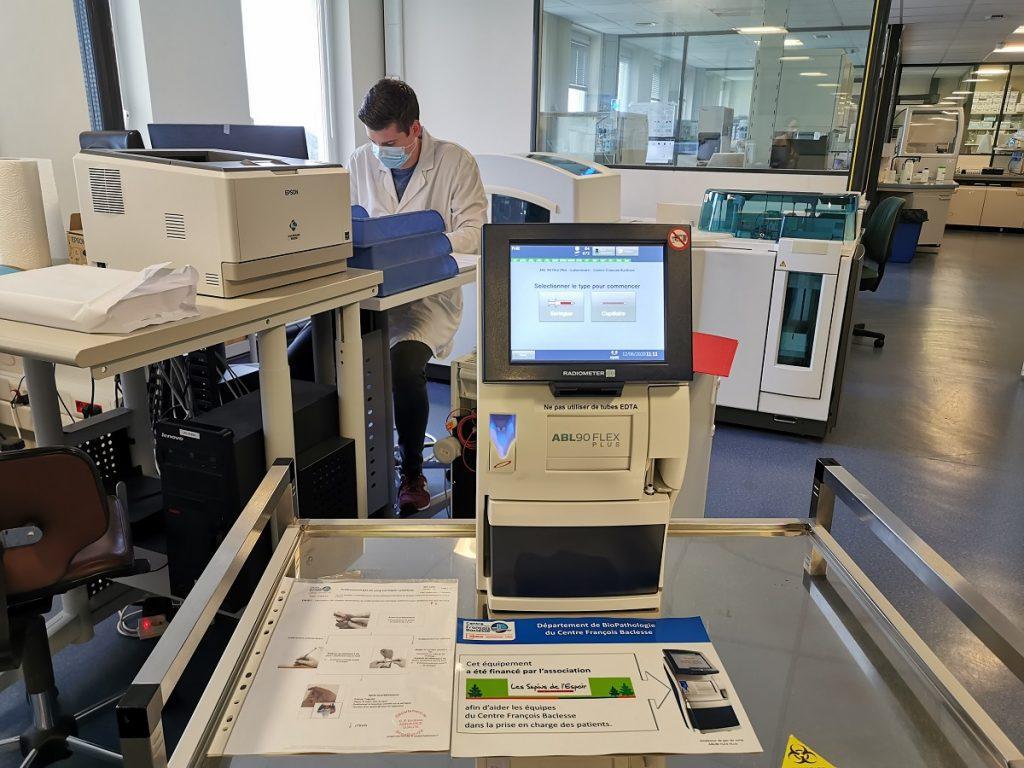 L'analyseur de gaz du sang au Laboratoire