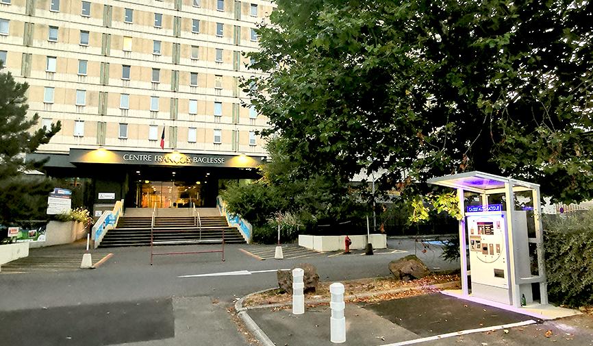 Parking visiteurs : Caisse devant l'entrée du Centre François Baclesse