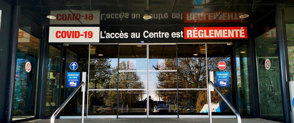 """Entrée du Centre avec visuel """"COVID Accès réglementé"""""""