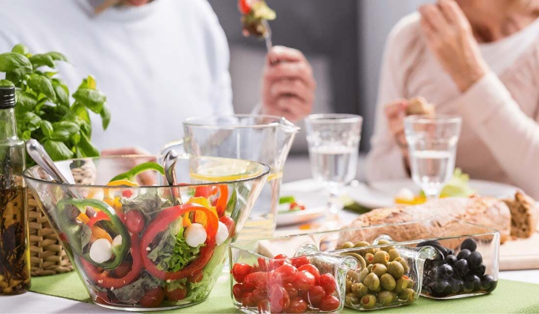 Déjeuner à table avec légumes