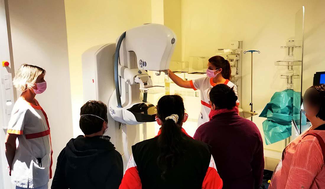 Explications d'une mammographie, devant l'appareil, dans le service de Sénologie